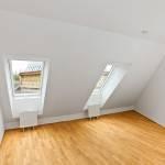 övervåning med sneda fönster och parkettgolv