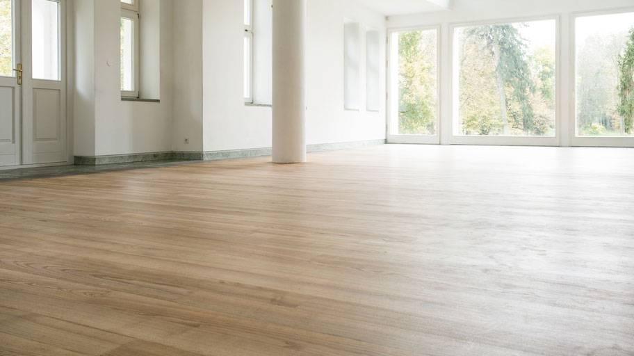 professionell golvslipning i stort vardagsrum