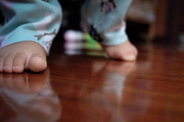 slipat och lackat trägolv, halkfritt golv bättre för barn