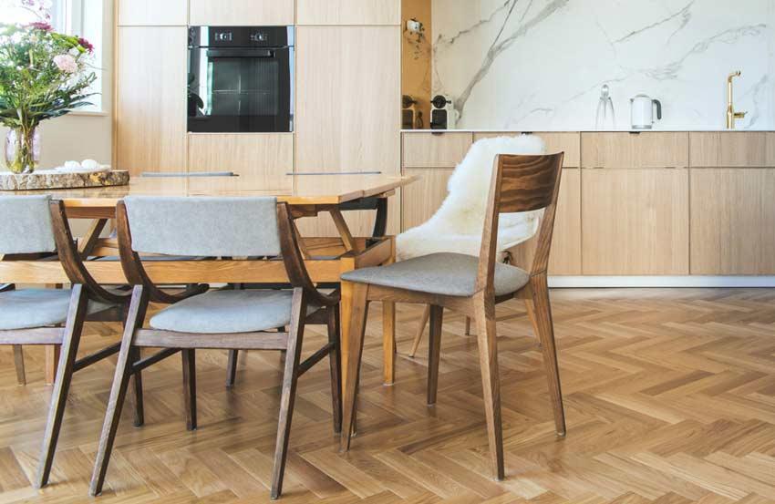 matbord utan golvskydd i köket. Skydda köksgolvet